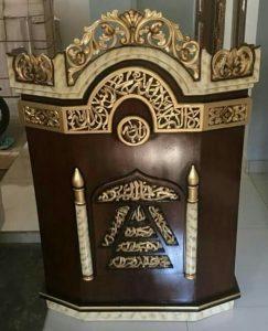 mimbar podium ukir kaligrafi jati kombinasi warna gelap (dark brown) dan emas
