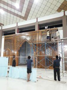 Proses Pemasangan Mihrab Jati Ukir Minang