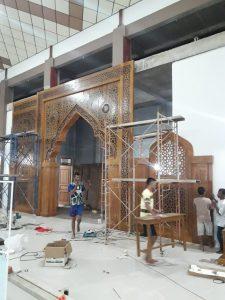 Proses Pemasangan Mihrab Jati Minang