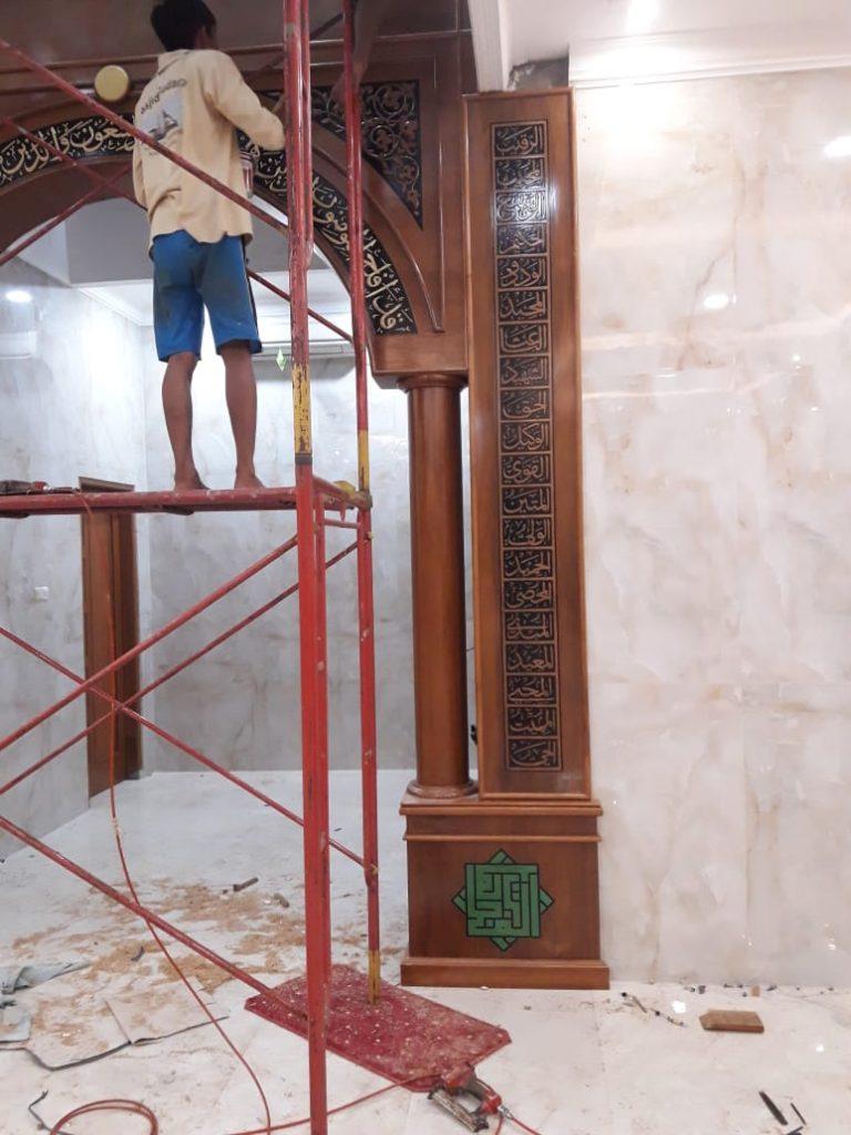 memulai proses pemasangan Mihrab Jati Masjid Al Mujahidin Petukangan