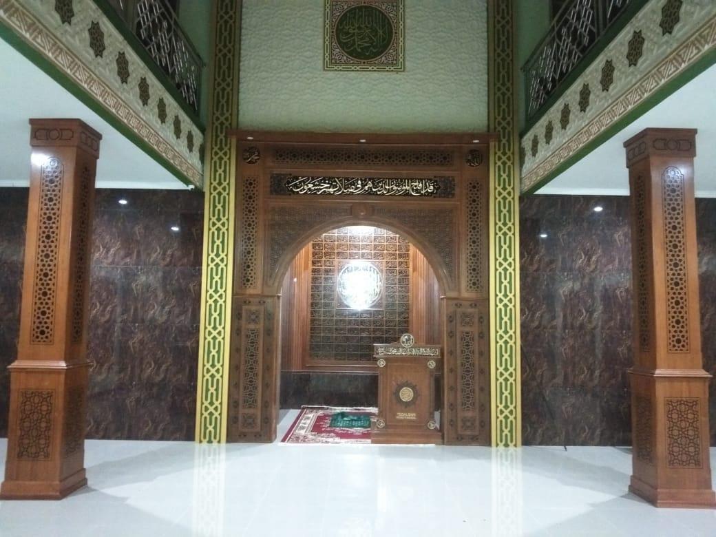 Mihrab Jati Ornamen, Asmaul Husna, dan Tiang Jati
