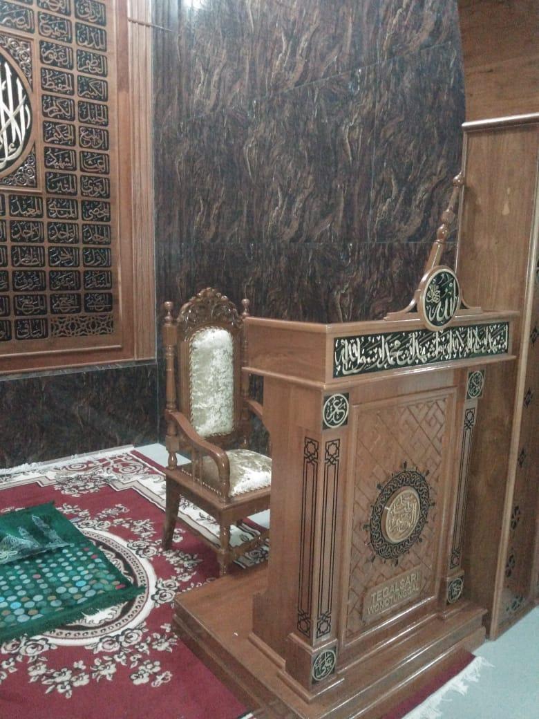 Mimbar Podium Jati Nabawi tampak dari samping kiri didalam Mihrab
