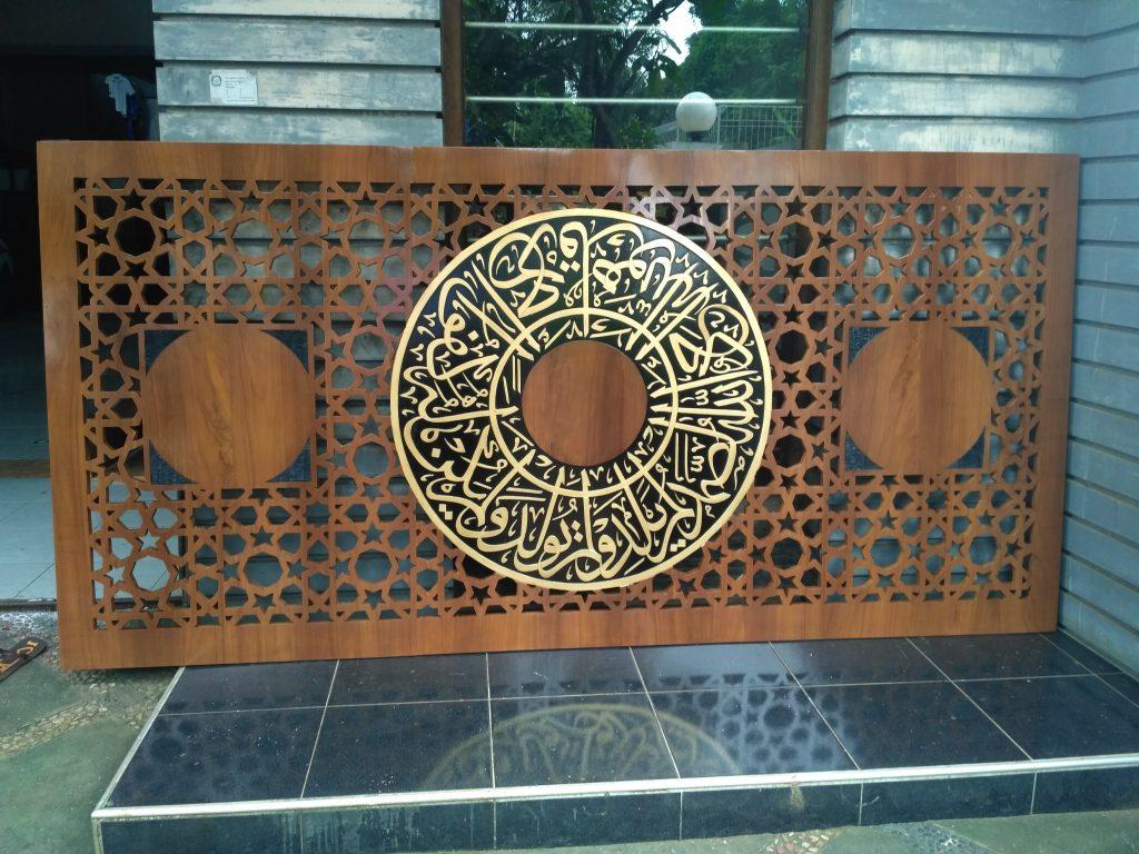 ukiran kaligrafi pada Mihrab Jati Masjid Al Mujahidin