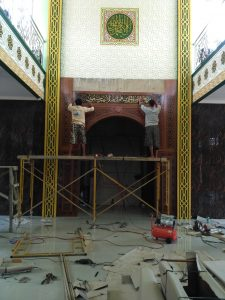 Pemasangan Kaligrafi pada bagian Atas Mihrab