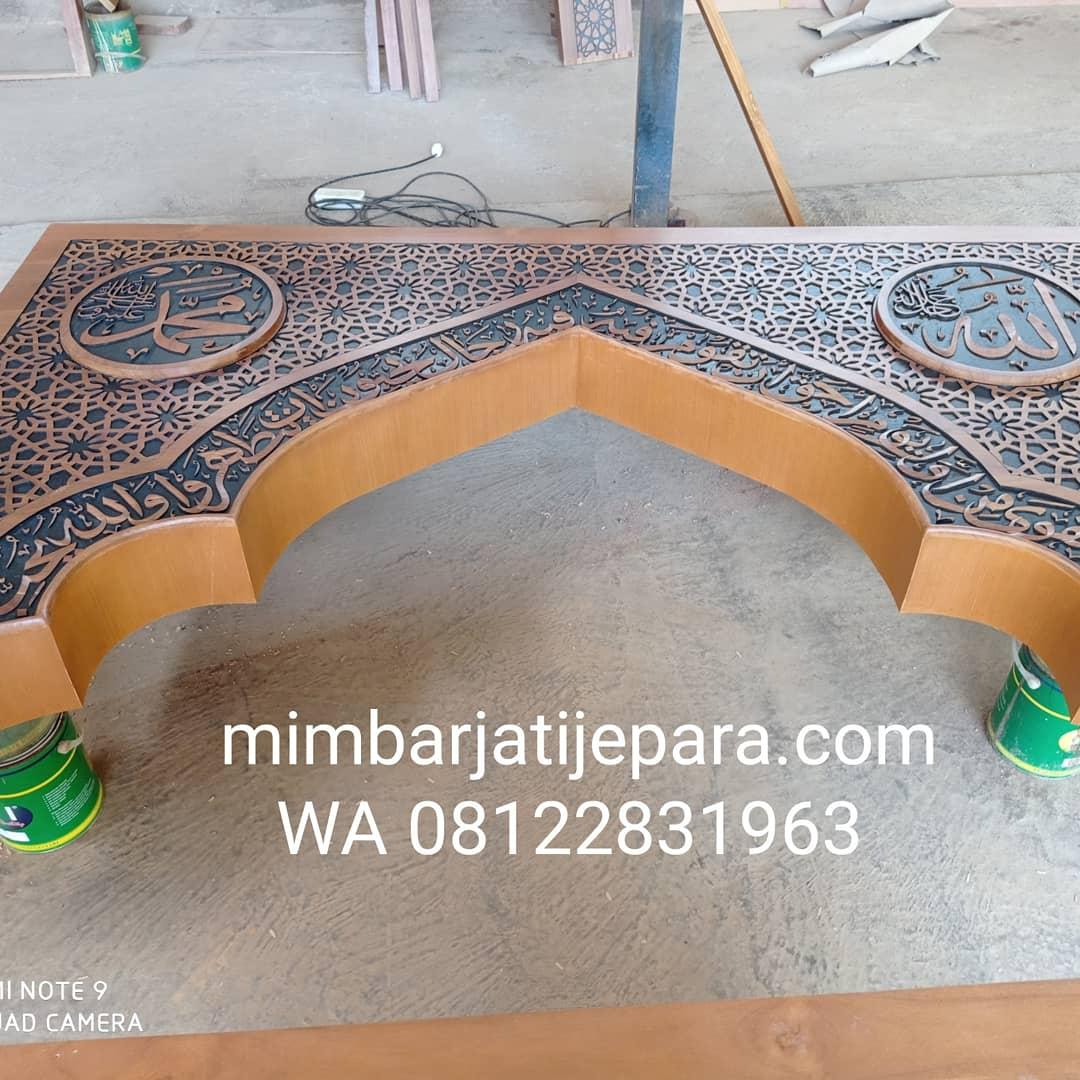 Proses Finishing Mihrab Jati Ukiran Ornamen Kaligrafi