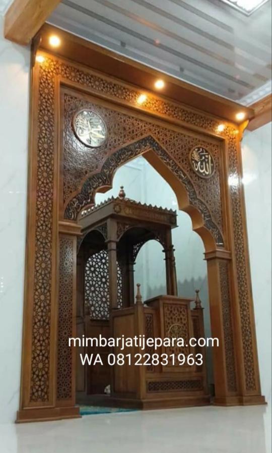 Mihrab Jati Ukiran Ornamen Kaligrafi sesaat setelah terpasang